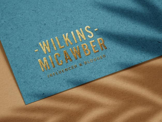 Maqueta de logotipo de oro en relieve de lujo en papel reciclado