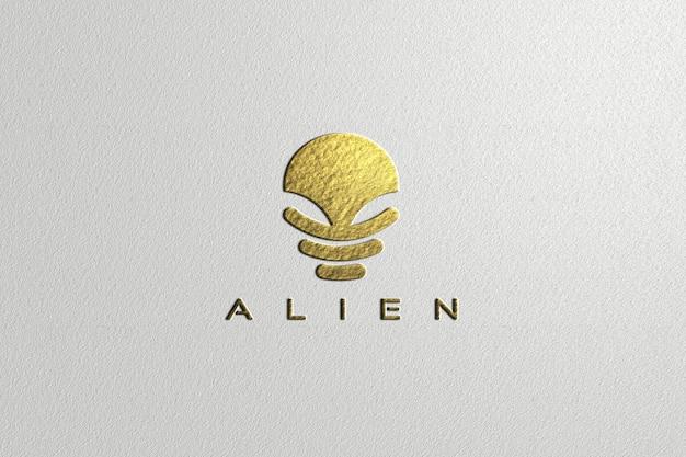 Maqueta de logotipo de papel dorado en relieve de lujo