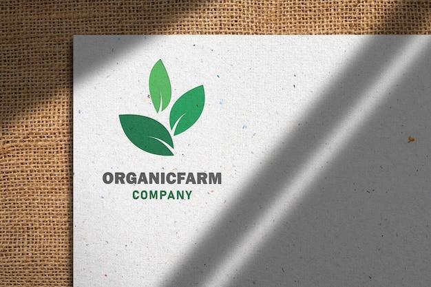 Maqueta de logotipo en papel reciclado blanco con sombra en renderizado 3d