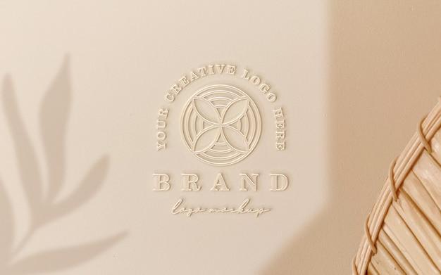 Maqueta de logotipo de plástico dorado suave en relieve