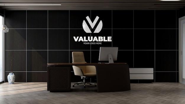 Maqueta de logotipo plateado 3d en la pared del gerente de oficina