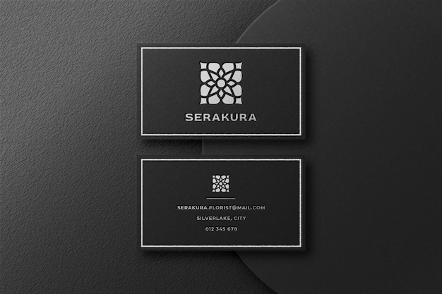 Maqueta de logotipo plateado de lujo en tarjeta de visita