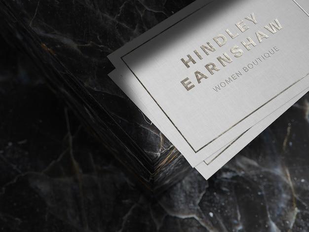Maqueta de logotipo plateado sobre papel de lino