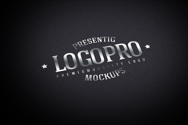 Maqueta de logotipo realista en pared oscura