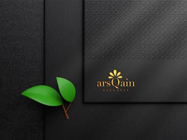 Maqueta de logotipo en relieve de lámina dorada de lujo en papel de color oscuro