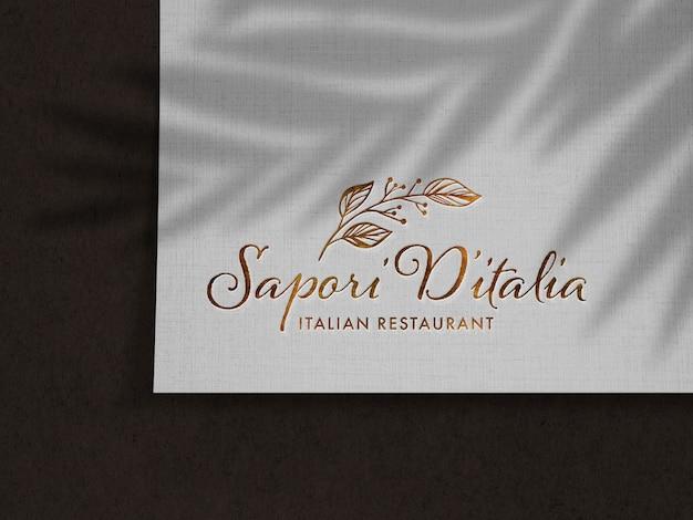 Maqueta de logotipo en relieve de lujo en papel de lino