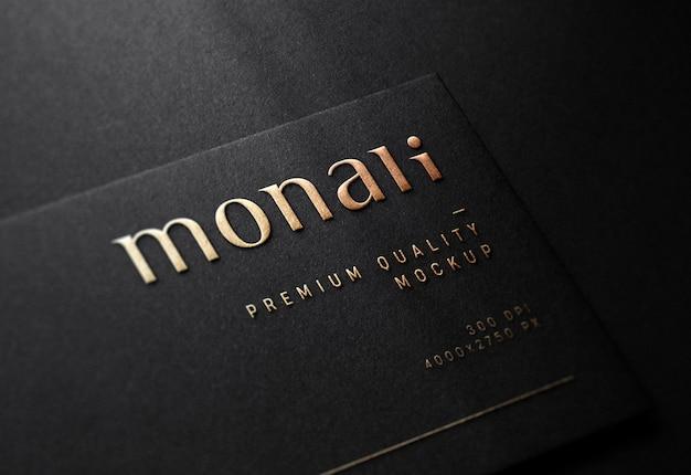 Maqueta de logotipo en relieve de lujo en tarjeta de visita negra