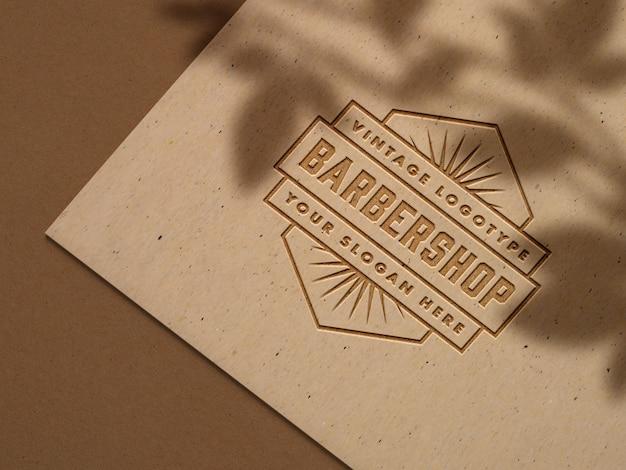 Maqueta de logotipo en relieve en papel artesanal