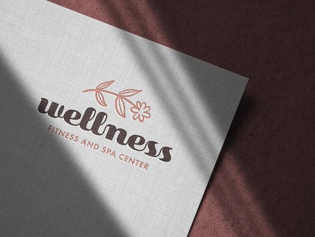Maqueta de logotipo en relieve en papel de lino