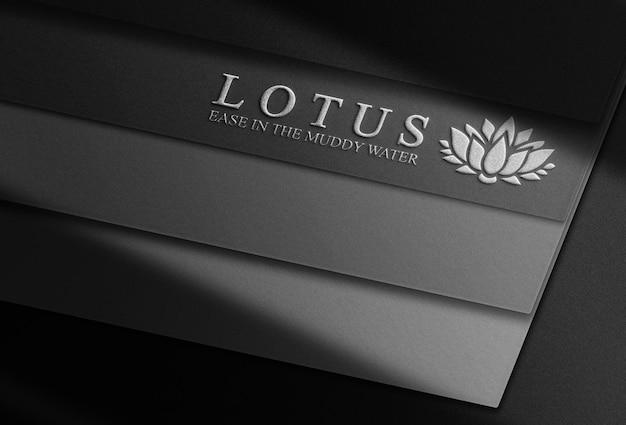 Maqueta de logotipo en relieve plateado de lujo pila de tarjetas negras
