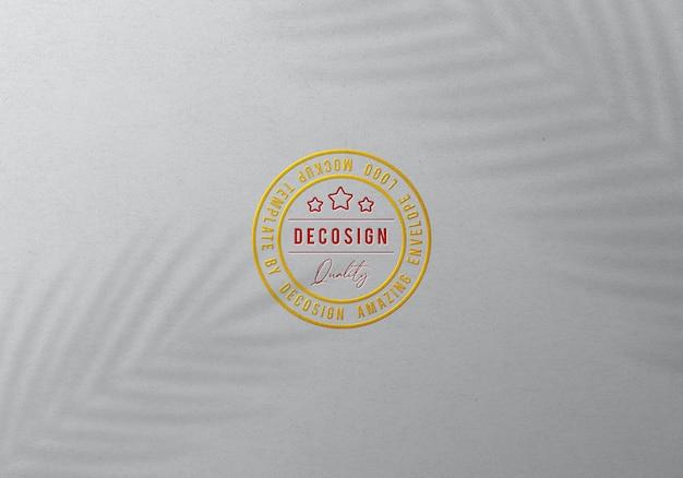 Maqueta de logotipo en relieve de sello dorado de lujo