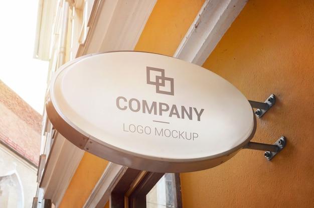 Maqueta de logotipo de señalización de forma ovalada en el centro antiguo de la ciudad