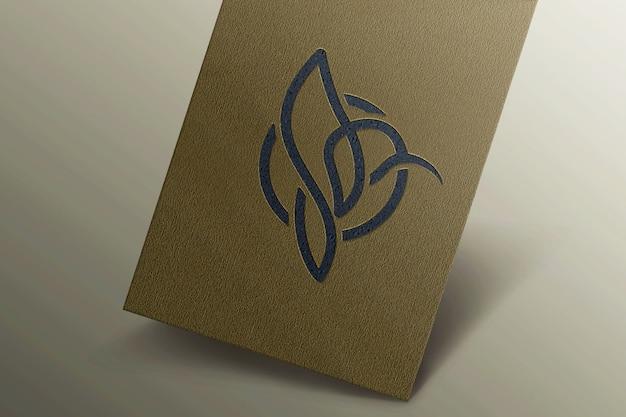 Maqueta de logotipo simple en tarjeta de visita de lujo