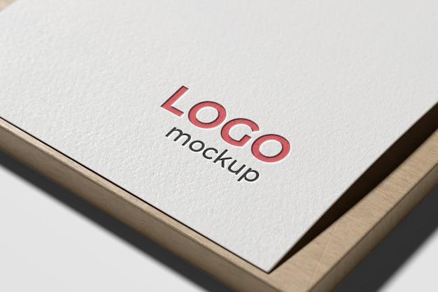 Maqueta de logotipo sobre papel blanco