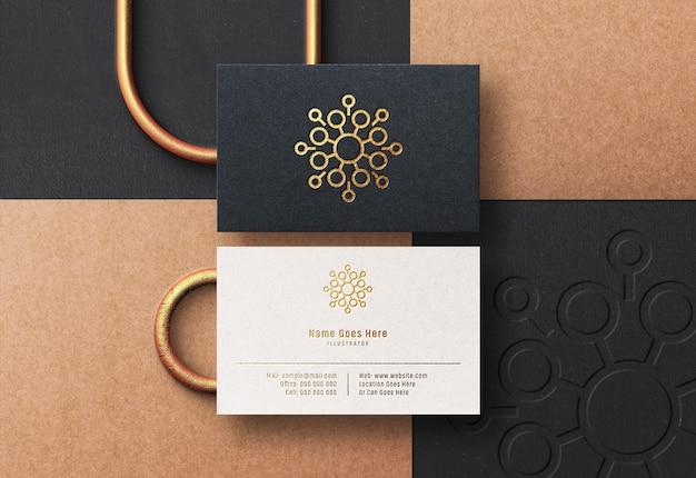 Maqueta de logotipo en tarjeta de visita con efecto estampado dorado prensado