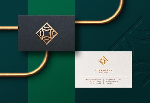 Maqueta de logotipo en tarjeta de visita de lujo con efecto de lámina de oro prensado