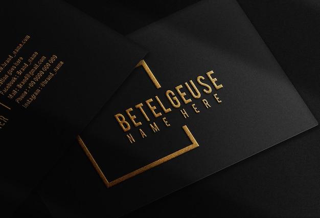 Maqueta de logotipo de tarjeta de visita en relieve dorado de lujo