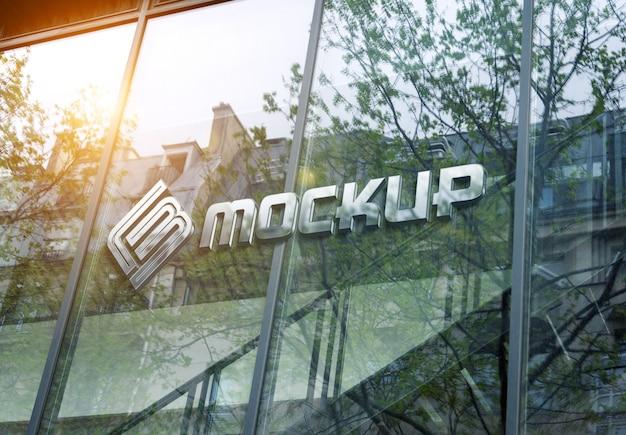 Maqueta de logotipo en la ventana de fachada del edificio