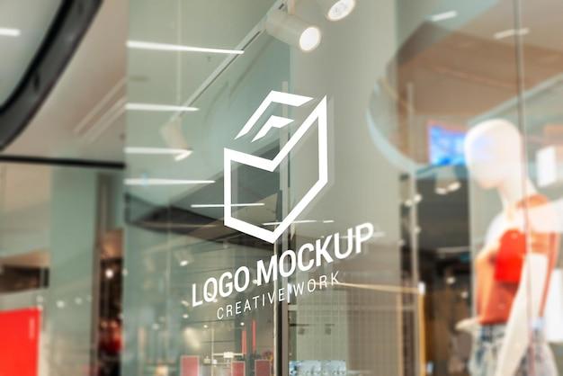 Maqueta de logotipo en la ventana de la tienda interior