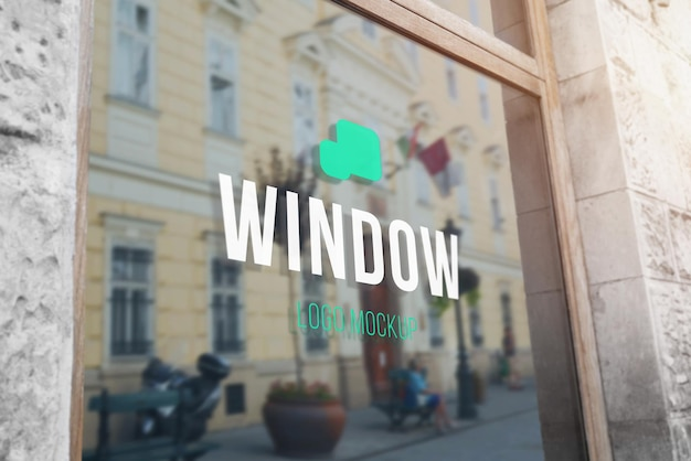 Maqueta de logotipo en la ventana de vidrio de la tienda
