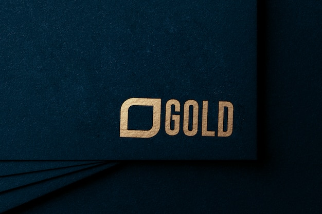 Maqueta de lujo con logo dorado en papel artesanal