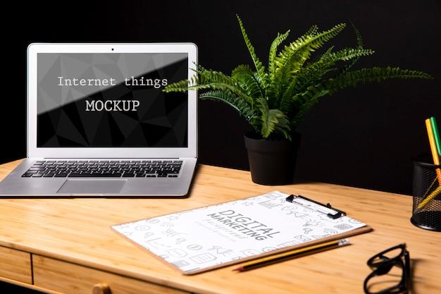 Maqueta de macbook junto al bloc de notas