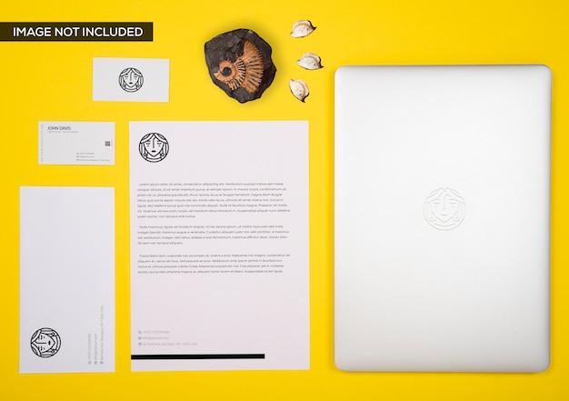 Maqueta de marca en amarillo