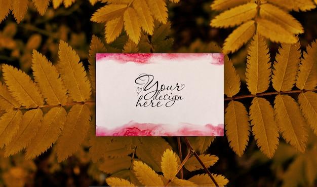 Maqueta de marca en blanco de verano sobre fondo de hojas de otoño