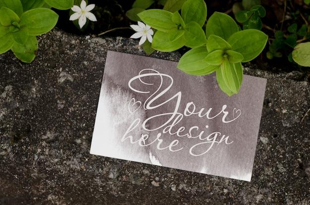 Maqueta de marca de verano en blanco sobre fondo oscuro con flores