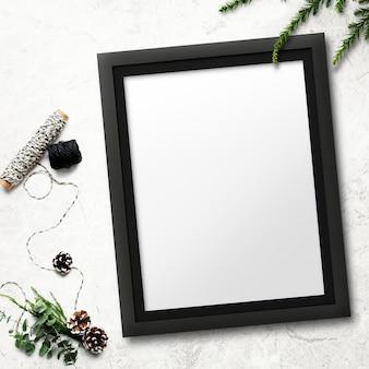Maqueta de marco con adornos navideños sobre fondo manchado