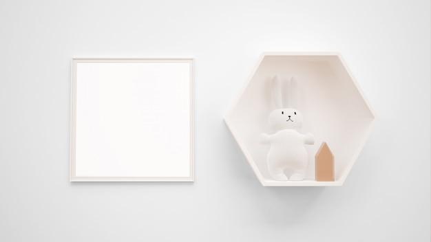 Maqueta de marco de fotos en blanco colgada en la pared junto a un conejito de juguete