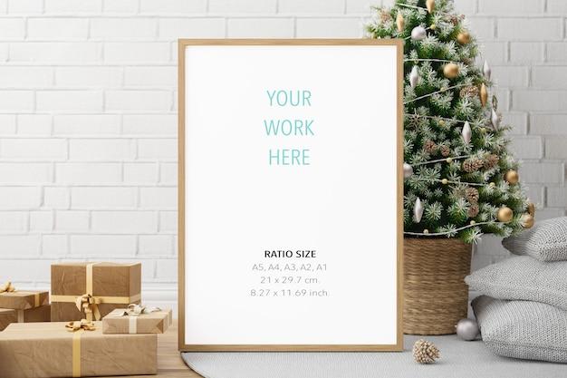 Maqueta de marco de fotos de cartel de madera vertical y decoración navideña