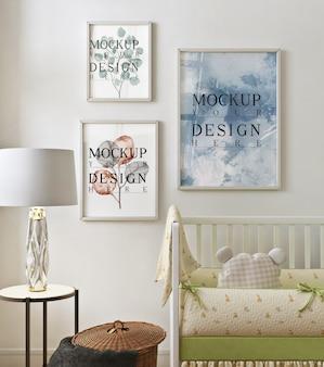 Maqueta de marco de fotos en la habitación moderna del bebé