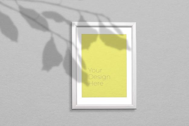 Maqueta de marco de fotos de madera con superposición de sombras