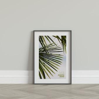 Maqueta de marco de fotos en el piso