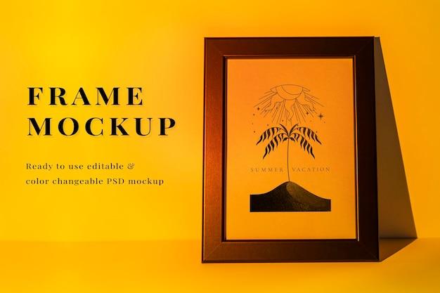 Maqueta de marco de fotos psd con lámpara de proyector amarilla puesta de sol