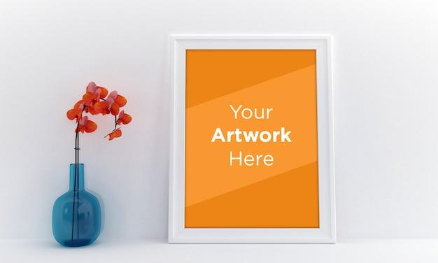 Maqueta de marco de fotos vacío con flor de naranja