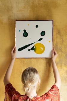 Maqueta de marco de imagen cuadrado psd con salpicaduras de acrílico en la pared