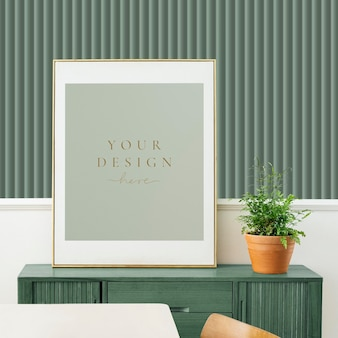 Maqueta de marco de imagen en un gabinete de madera verde