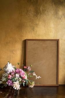 Maqueta de marco de madera por las flores.