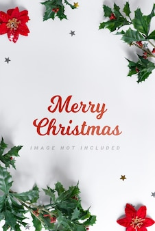 Maqueta de marco de navidad decorado con hojas de acebo de vacaciones.
