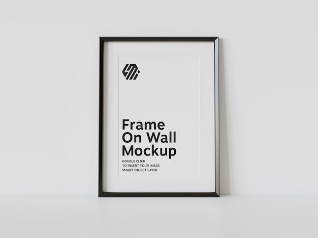 Maqueta de marco negro vertical apoyado en el suelo