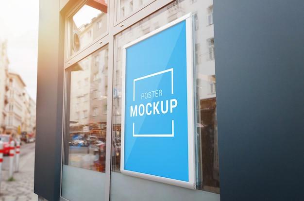 Maqueta de marco de póster en la ventana de la tienda de la ciudad