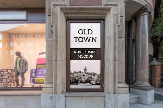 Maqueta del marco publicitario clásico exterior vertical en la ventana del edificio del casco antiguo