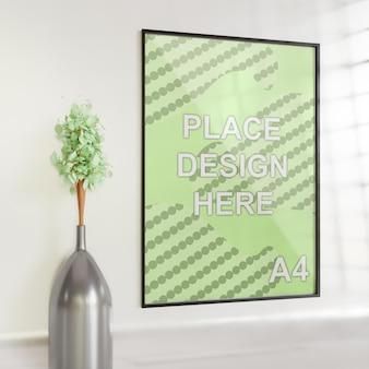 Maqueta de marco simple minimalista en la pared blanca con jarrón de plantas