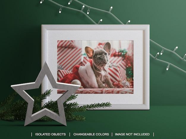 Maqueta de marco de tarjeta de foto navideña con rama de navidad y decoración de luces