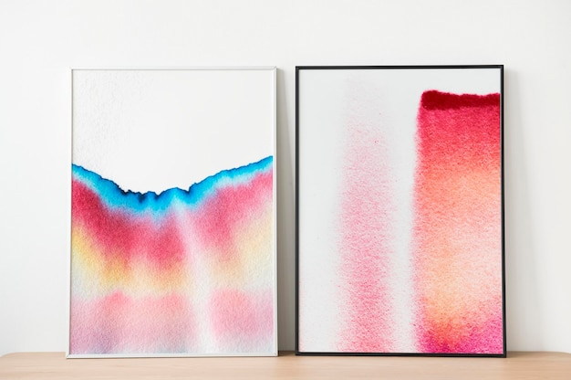 Maqueta de marcos de cuadros psd con arte cromatográfico apoyado contra la pared