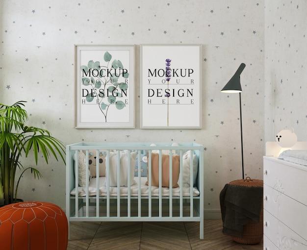 Maqueta de marcos de fotos en la habitación moderna del bebé con puff