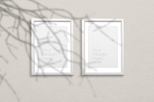 Maqueta de marcos de fotos de madera en blanco con superposición de sombras de ramas de árboles