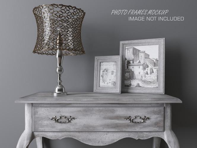 Maqueta de marcos de fotos en una mesa con lámpara